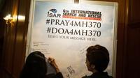 Des messages pour les passagers du vol MH370 disparus, à Kuala Lumpur le 17 juin 2014 [Mohd Rasfan / AFP]