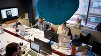 Des employés de l'application mobile de rencontre Hinge à la recherche de la formule mathématique du coup de foudre, à Washington le 11 février 2014 [Mladen Antonov / AFP]
