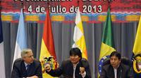 Le président bolivien Evo Morales (c) entouré de son vice-président Alvaro Garcia Linera (g) et du ministre des Affaires étrangères David Choquehuanca, le 4 juillet 2013 das la ville bolivienne de Cochabamba [Jorge Bernal / AFP]