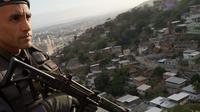 Un policier en patrouille dans une favela de Rio le 6 octobre 2013 [Christophe Simon / AFP]