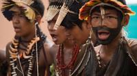 Des membres de la tribu Umutina posent avant la visite du ministre des Sports brésilien Aldo Rebelo à l'occasion des 12e Jeux indigènes de Cuiaba, le 13 novembre 2013 [ / AFP]