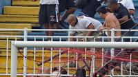 Des supporteurs du club de Vasco de Gama s'en prennent à un fan de l'Atletico Parana, durant un match du championnat brésilien de football à Joinville le 8 décembre 2013 [Heuler Andrey / AFP/Archives]