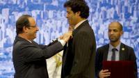 Francois Hollande décore de la Légion d'honneur l'ex-international de football brésilien Raí Souza Vieira de Oliveira le 12 décembre 2013 à Sao Paulo [Alain Jocard / AFP]