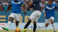 Un joueur de Vila Kennedy fait une frappe devant un adversaire de Cidade de Deus, le 15 février 2014 durant la finale de la Coupe des favelas, à Rio de Janeiro [Yasuyoshi Chiba / AFP]
