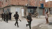 Des soldats à la recherche d'armes dans l'ensemble de favelas de Maré, situé dans la banlieue nord de Rio de Janeiro, le 26 mars 2014 [Christophe Simon / AFP/Archives]