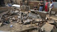 Une famille au milieu des décombres de sa maison détruite le 11 avril 2014 par un séisme à Nagarote au Nicaragua [Inti Ocon / AFP]