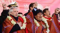 Le président bolivien Evo Morales (d) et son vice-président Alvaro Garcia Linera inaugurent le téléphérique urbain le plus long et le plus haut du monde le 30 mai 2014 à La Paz [Aizar Raldes / AFP]
