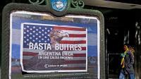 """A Buenos Aires, une affiche dénonçant les """"fonds vautour"""" le 18 juin 2014  [Alejandro Pagni / AFP]"""