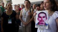Un groupe de personnes demande que justice soit rendue pour les victimes de crimes commis par des groupes armés lors du Forum national dédié aux victimes, à Cali (Colombie) le 5 août 2014 [Luis Robayo / AFP]