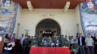 Le chef des forces armées du Venezuela, Vladimir Padrino (au centre) et le général colombien Gustavo Moreno (2e à G) donne une conférence de presse sur la lutte contre la contrebande à San Cristobal, au Venezuela, le 11 août 2014 [Federico Parra / AFP]