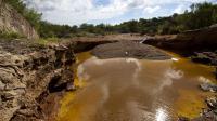 """Une réserve d'eau -polluée- le 13 aout 2014 dans les environs de la mine de cuivre """"Buena Vista"""" au Mexique, d'où 40.000 mètres cubes d'acide sulfurique se sont déversés dans la rivière Sonora [Hector Guerrero / AFP]"""