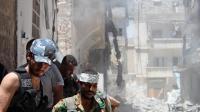 Des rebelles syriens se replient après avoir détruit un immeuble d'Alep, le 10 juillet 2013 [Salah Al-Ashkar / AFP/Archives]