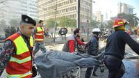Les forces de sécurité emportent sur une civière l'attentat à la voiture piégée commis le 27 décembre 2013 à Beyrouth [- / AFP]