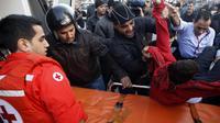 Un homme blessé dans l'attentat à la voiture piégée, est transporté sur une civière le 27 décembre 2013 à Beyrouth [- / AFP]