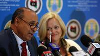Le ministre des Affaires étrangères libyen Mohamed Abdulaziz (G) et l'ambassadrice américaine en Libye Deborah Jones (D) durant une conférence de presse à Tripoli le 4 février 2014 [Mahmud Turkia / AFP]