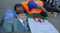 Un partisan d'Abdelaziz Bouteflika embrasse son portrait après sa victoire à l'élection présidentielle, le 18 avril 2014 [Patrick Baz / AFP/Archives]