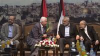 Le numéro deux du Hamas, Moussa Abou Marzouq (g), et Azzam al-Ahmad (2e g), à la tête de la délégation de l'OLP, en pourparlers à Gaza, le 22 avril 2014 [Mahmud Hams / AFP]