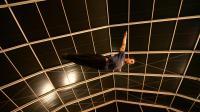 Un jeune Marocain s'entraîne sous le chapiteau du cirque Shems'y à Salé au Maroc, le 15 avril 2014 [Fadel Senna / AFP]