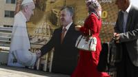 Le pape François et le roi Abdallah sur une affiche placardée le 22 mai 2014 dans une rue d'Amman en Jordanie [Patrick Baz / AFP]