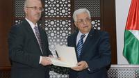Le Premeir ministre désigné du nouveau gouvernement palestinien Rami Hamadallah et le président palestinien Mahmoud Abbas (à droite), à Ramallah le 23 avril 2014 [Thaer Ghanaim / PPO/AFP/Archives]