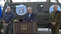 Le Premier ministre Benjamin Netanyahu avec le général de l'armée Benny Gantz (d) et le ministre de la Défense Moshe Ya'alon (l), s'adresse à des militaires, le 19 juin 2014 depuis un camp militaire en Cisjordanie [Jim Hollander / POOL/AFP/Archives]