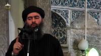 """Image tirée d'une video de propagande diffusée le 5 juillet 2014 par al-Furqan Media, montrant le dirigeant du groupe Etat islamiste, Abou Bakr al-Baghdadi dans une mosquée de Mossoul, après la proclamation d'un """"califat"""" entre la Syrie et l'Irak   [- / Al-Furqan Media/AFP]"""