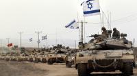 Une colonne de blindés israéliens longent la frontière entre la bande de Gaza et Israël, le 5 août 2014, après avoir quitté l'enclave palestinienne [Thomas Coex / AFP]