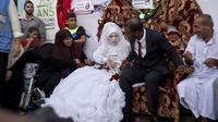 Omar Abou Namar et  Heba Fayad se marient dans le camp de déplacés de Chati à Gaza City, le 13 août 2014 [Roberto Schmidt / AFP]