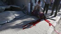 A Alep, le 20 aout 2014, un homme recouvre le corps d'un autre homme tué dans une attaque héliportée apparemment menée par les troupes gouvernementales, dans le quartier al-Bab Hadid  [Zein Al-Rifai / AMC/AFP]