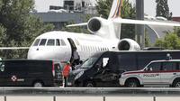 Le président bolivien Evo Morales embarque à bord de son avion, à l'aéroport de Vienne le 3 juillet 2013