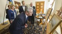 Le président allemand Joachim Gauck regarde un tableau, le 9 juillet 2013 à Tallin [Raigo Pajula / AFP/Archives]