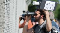 Un homme manifeste à Griesheim en Allemagne face à une antenne de la NSA le 20 juillet 2013 [Boris Roessler / DPA/AFP/Archives]