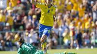 La Suédoise Lotta Schelin après la victoire de son équipe contre l'Islande à l'Euro-2013 le 21 juillet 2013 à Halmstad [Adam Ihse / SCANPIX SWEDEN/AFP]