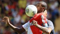 Le défenseur international de Monaco, Eric Abidal, contrôle le ballon lors du match de Ligue 1 contre Lorient au stade Louis II à Monaco le 15 septembre 2013 [Jean-Christophe Magnenet / AFP]