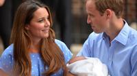 Le prince William et Kate avec leur fils, le prince George, le 23 juillet 2013 à la sortie de la maternité de Londres [Leon Neal / AFP/Archives]