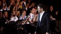Le directeur artistique américain Marc Jacobs salue le public à la fin du défilé Louis Vuitton lors de la semaine de la mode à Paris, le 2 octobre 2013 [Joel Saget / AFP]