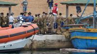 Des soldats italiens transportent le corps d'une victime du naufrage, à Lampedusa le 6 octobre 2013 [Alberto Pizzoli / AFP]