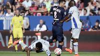 L'attaquant de Bastia Brandao à terre après un duel avec le milieu de terrain du PSG Thiago Motta, le 16 août 2014 au Parc des Princes [Stéphane de Sakutin / AFP]