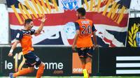 Anthony Mounier (g), auteur du premier but de Montpellier contre l'OM, félicité par son coéquipier Morgan Sanson, le 17 août 2014 à Marseille [Bertrand Langlois / AFP]