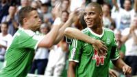 Les joueurs de Saint-Etienne congratulent Kévin Monnet-Paquet (d), auteur d'un but contre le Stade de Reims en Ligue 1, le 17 août 2014 au stade Geoffroy-Guichard [ / AFP/Archives]