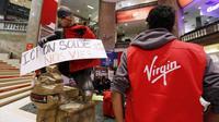 Des employés de Virgin occupent le magasin des Champs-Elysées, le 17 juin 2013 à Paris [François Guillot / AFP Photo]