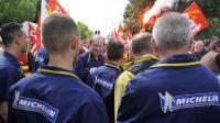 Des ouvriers Michelin, la plupart de Joué-les-Tours, le 26 juin 2013 devant le siège du groupe à Clermont-Ferrand [Thierry Zoccolan / AFP/Archives]