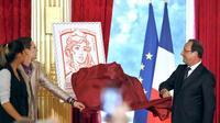 Le président François Hollande, le 14 juillet 2013 à Paris, dévoile le nouveau timbre Marianne [François Mori / Pool/AFP]
