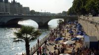 Des personnes profitent des quais de Seine dans le cadre de Paris Plages, le 21 juillet 2013.