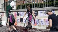Des militants d'Act Up collent des tracts et répandent un produit simulant du sang devant le siège de la Fondation Jérôme Lejeune, du nom du généticien et militant anti-avortement à Paris le 04 août 2013 [Bertrand Guay / AFP]