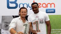 L'ex-joueur Steve Savidan et le gardien de l'OM Steve Mandanda, lors de la présentation du projet Bmyteam, le 5 août 2013 à Paris [Pierre Andrieu / AFP]