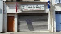 Vue le 23 août 2013 de la devanture d'un bureau de tabac braqué la veille à Marignane [Boris Horvat / AFP]