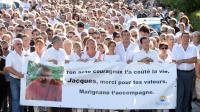 Des personnes participent à une marche rendant hommage à un homme tué qui a tenté de stopper deux braqueurs, le 26 août 2013 à Marignane (sud-est) [Boris Horvat / AFP]