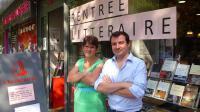 Les libraires Aline Charron et Guillaume Chapellas posent le 29 août 2013 devant leur librairie à Bobigny [Benjamin Massot / AFP]