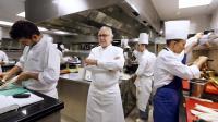 Alain Ducasse (c) pose dans la cuisine de l'hôtel Meurice, le 4 septembre 2013 à Paris [François Guillot / AFP]